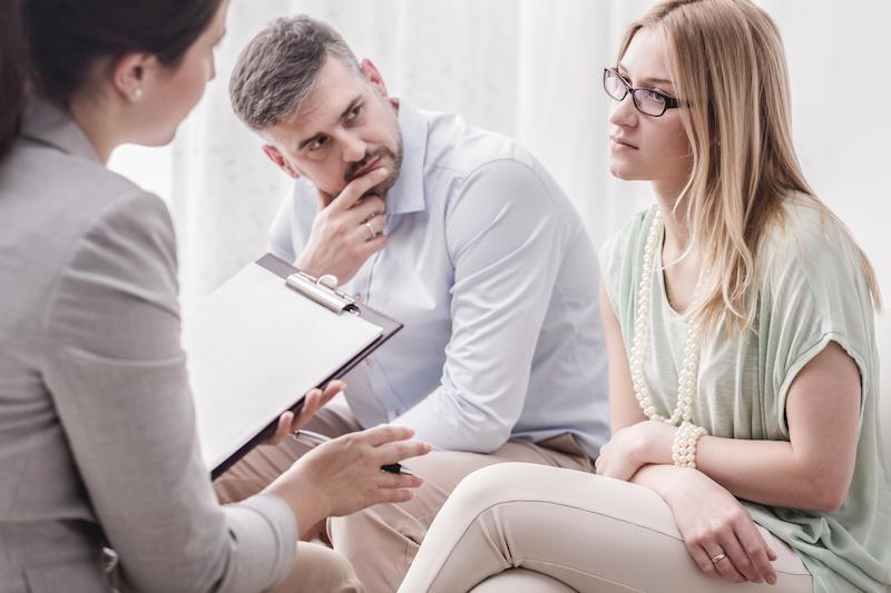 Coppia di genitori dallo psicologo
